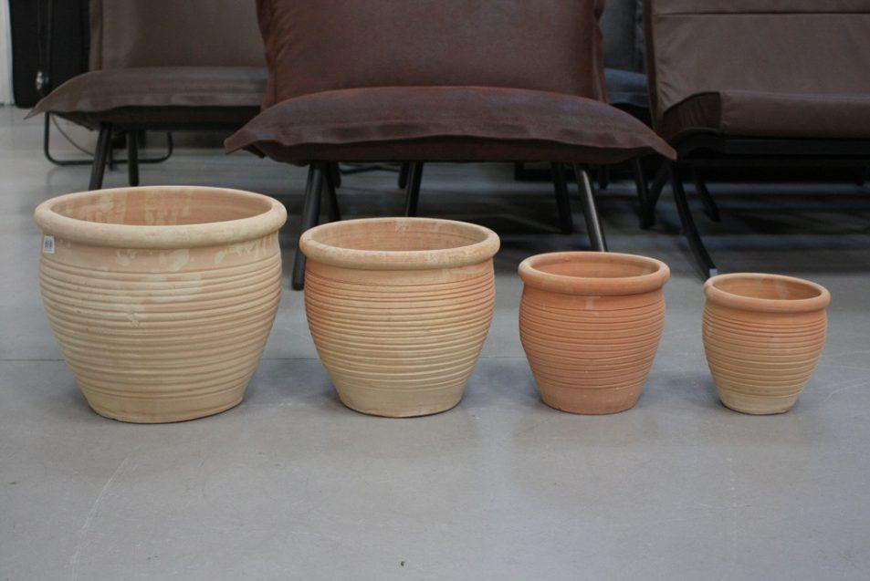 29 set van 4 ronde terracotta bloempotten €29.50 budget hal54